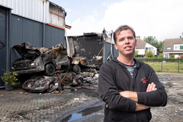 Eigenaar Paul Hesseling van de Zoetermeerse Tapijthal, die naast de uitgebrande garage is gevestigd.