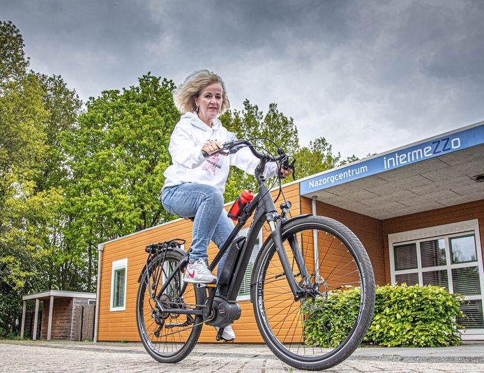 Evelien van der Werff start dinsdag bij nazorgcentrum Intermezzo in Zwolle een zes weken durende fietstocht langs alle nazorgcentra voor kankerpatiënten in het land.