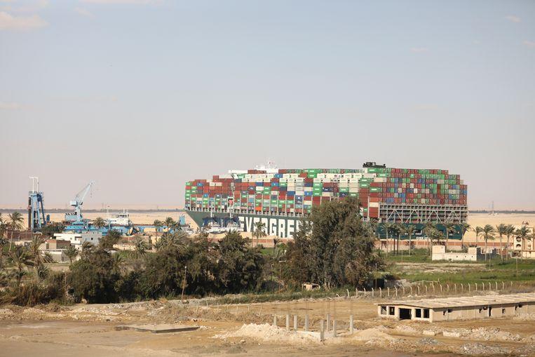 De Ever Given zat sinds dinsdag geblokkeerd in het Suezkanaal. Beeld AP