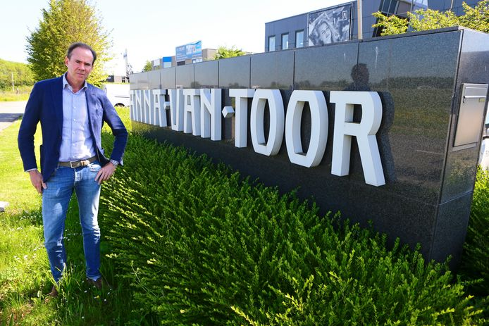 Directeur Jan Paul van Toor voor het hoofdkantoor van modeketen Anna van Toor in Meerkerk.
