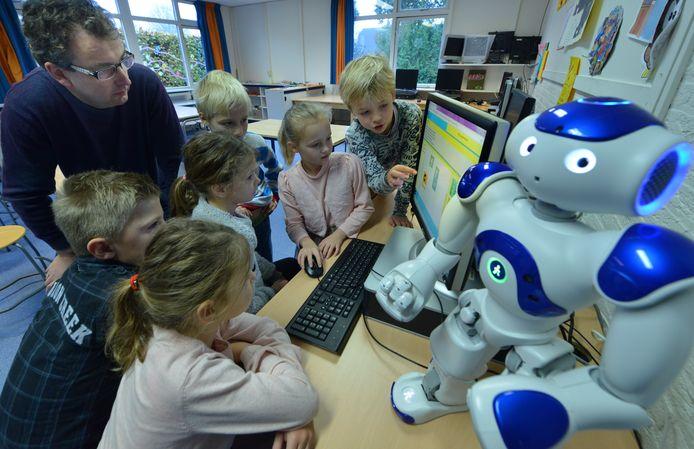 Universitair hoofddocent Koen Hindriks helpt de leerlingen van de Oranje Nassauschool in Geldermalsen om Onsy te programmeren.