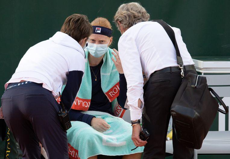 Bezorgde medische staf bij Alison Van Uytvanck op Roland Garros. De Belgische moest ziek opgeven.  Beeld BELGA