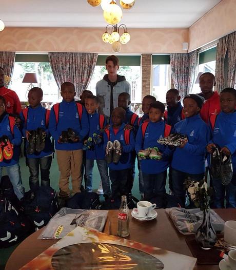 Jeugdteam FC Tuks uit Pretoria neemt voetbalschoenen mee uit Oldenzaal