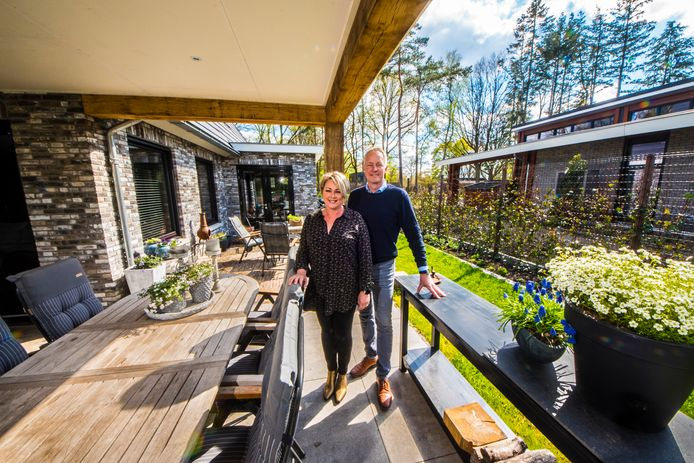 Sharon Scholten en Mark Roerink ontwierpen hun eigen huis op het Prins Bernhardpark, met uitzicht op de weilanden.