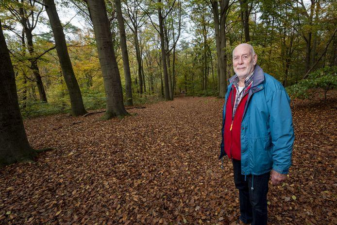 De voorzitter van de stichting van het landgoed Derk Jan Verstand op de plek waar de natuurgraven moeten komen.