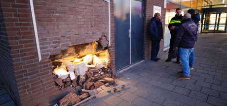Ravage in keuken van Indische toko in Eindhoven als bestuurster via muur naar binnenrijdt