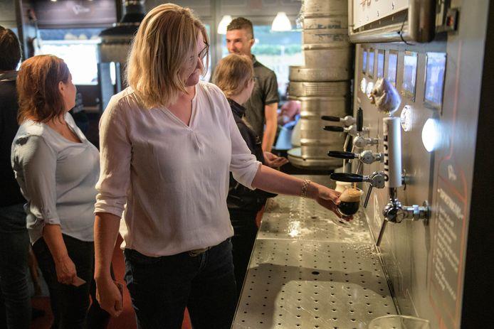 De finale van het Lekkerste Bier van Twente van het Twents Bier Genietschap: bezoekers moeten zelf (coronaproof) hun biertje tappen.