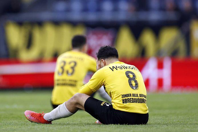 Mounir El Allouchi huilt na het mislopen van de promotie. Verderop Thom Haye.