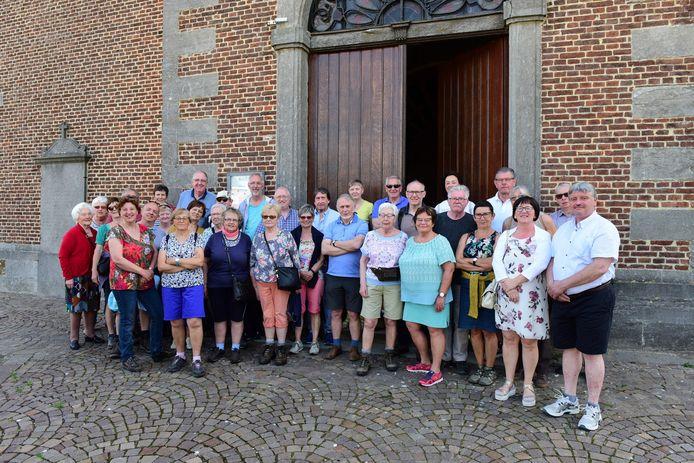 Enkele leden van het Davidsfonds bij de kerk van Vollezele