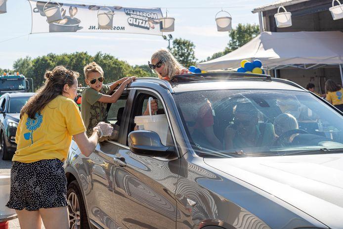 Vorig jaar werd voor het eerst een Mossel Drive Thru gehouden bij Braber Groenvoorziening in Renesse. Dit jaar mag het groter en gekker en kunnen mensen bijvoorbeeld ook op de scootmobiel door de drive-thru om een emmertje mosselen.