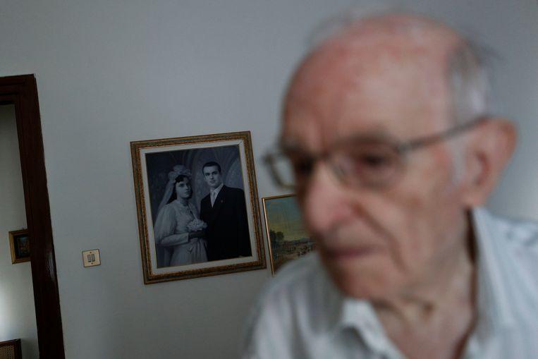 Giuseppe Paterno met op de achtergrond een foto van zijn huwelijk met Stefana Battaglia. Zij overleed in 2006.