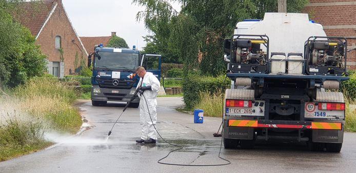 De civiele bescherming moest de brandweer assisteren om het hardnekkige oliespoor op te ruimen.