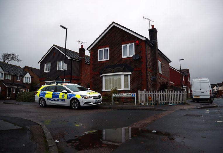 Een politieauto staat voor het huis van het echtpaar dat verdacht werd van de drone-chaos op de Londense luchthaven Gatwick. Later bleek dat het duo niks met de kwestie te maken had.  Beeld Reuters