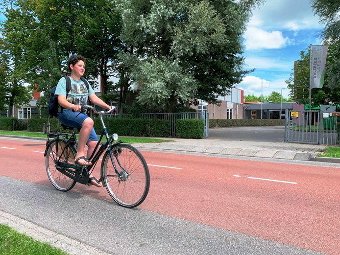 De fietsstraat Jozef Israëlslaan bij het Kalsbeek College krijgt een paar jaar lang bouwverkeer te verwerken