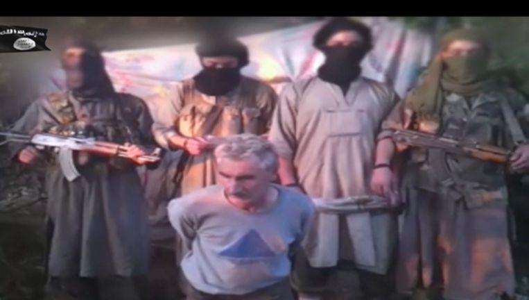 Screenshot uit film waarin moslimextremisten in Algerije de ontvoerde Fransman Hervé Gourdel onthoofden. Beeld .