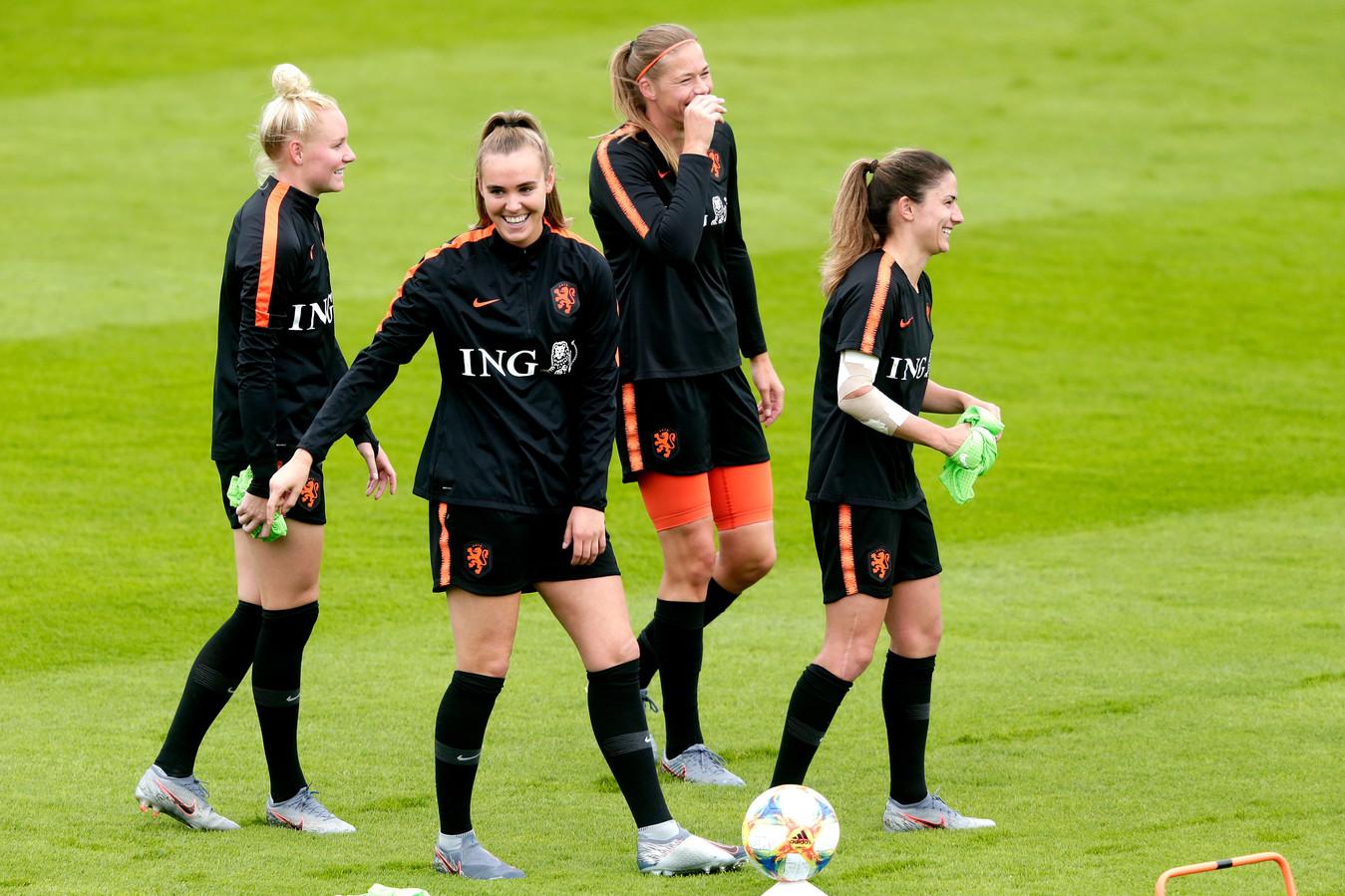 Daniëlle van de Donk (rechts) en Jill Roord (tweede links) tijdens de training van Oranje.