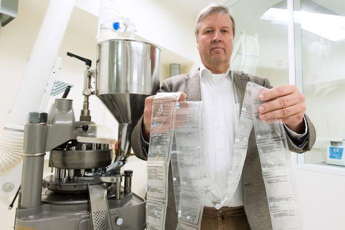 Apotheker Paul Harder met de door hem bedachte afbouwmethode met behulp van taperingstrips.