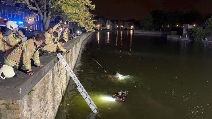 Duikers van de brandweer zochten in het water aan de Potterierei