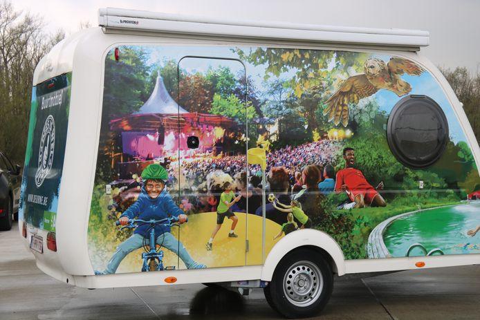 Antwerpse streetartkunstenaar SMOK gaf de buurtmobiel een moderne make-over. Er zijn verwijzingen naar de verschillende landmarks uit Deurne, soms heel duidelijk, soms met een knipoog.