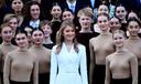 Prinses Elisabeth (in het midden in het wit) is door de Britse modebijbel Vogue voorgesteld als schoolvoorbeeld van een stijlvolle jonge royal.