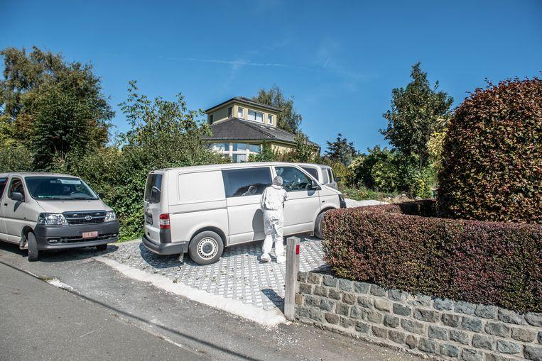 Een forensisch team van het gerecht is zaterdag in het huis en de tuin van het slachtoffer aan het werk geweest op zoek naar elementen die duidelijkheid moeten brengen over de omstandigheden waarin de vrouw is om het leven gekomen.