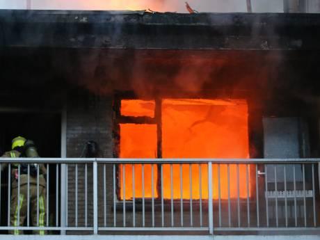 Bewoonster aangehouden na uitslaande woningbrand Walenburg, twee kinderen gered van balkon