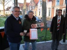 Twee oranjeklanten uit Zuidland verrast door de landelijke Oranjebond