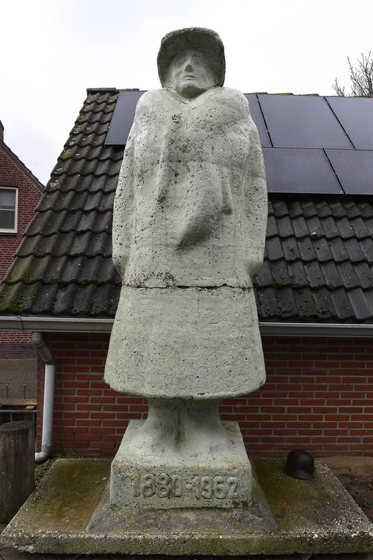 Groeningen: 18-03-2021; DG_Foto  Bij het museum van Tonnie Ebben staat een statig beeld van Koningin Wilhelmina. Dit beeld stond eerst in het Oorlogsmuseum van Overloon in het buitenpark. In het museum was het een surplus. Nu staat het bij het museum van Postzegel tot Tank.