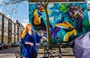 Nina Valkhoff maakte op de hoek van de Voornsestraat met de Zuidhoek deze muurschildering genaamd 'Charlois Jungle'.