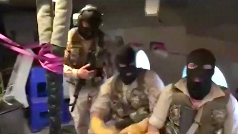 Leden van de Iraanse Revolutionaire Garde in een helikopter boven het olietanker Stena Impero. Het beeld is afkomstig uit een video die door Iran is vrijgegeven. Beeld REUTERS