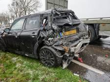 Twee auto's en een vrachtwagentje botsen op elkaar op de N263 in Zundert, één bestuurder raakte gewond