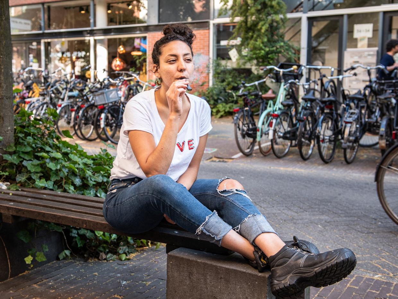 Een e-sigaret van Juul wordt geïnhaleerd in Amsterdam. Beeld Simon Lenskens