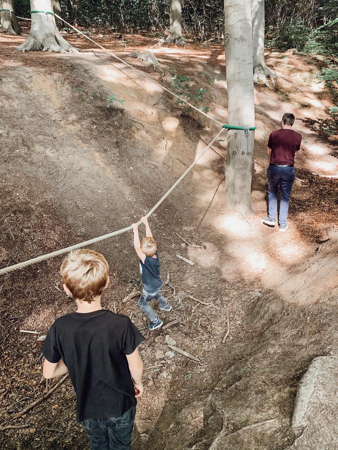 Naast wandelen kan je je in het Troostembergbos ook wagen aan een touwenparcours.