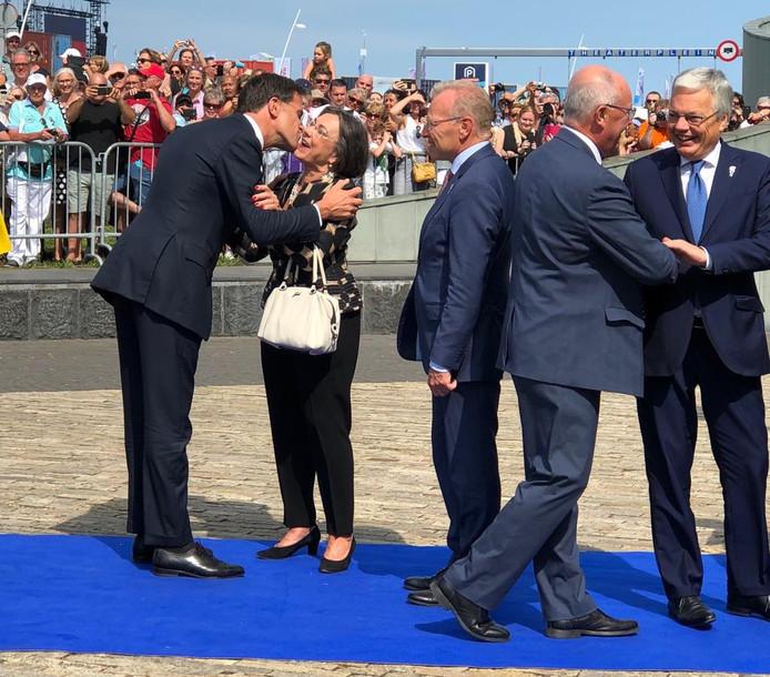 De gasten stromen het Scheldetheater binnen; premier Mark Rutte begroet oud-parlementsvoorzitter Gertie Verbeet.