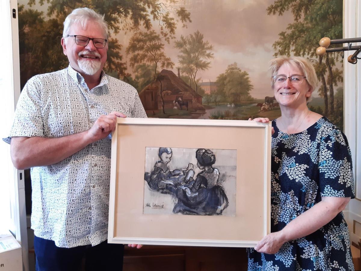 Marion Arends en haar man Boudewijn van Hees met het aan het Stedelijk Museum Meppel in bruikleen afgestane werk waarvan het bestaan tot voor kort niet bekend was.