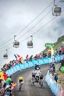 Tom Dumoulin probeert in het wiel van Primoz Roglic en Geraint Thomas te blijven bij de beklimming van de Col de Portet.