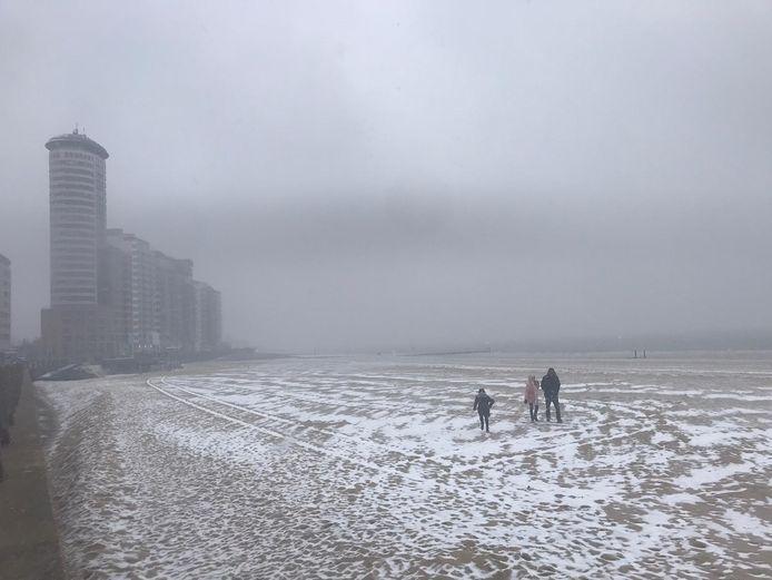 Het strand bij Vlissingen begint langzaamaan wit te kleuren.