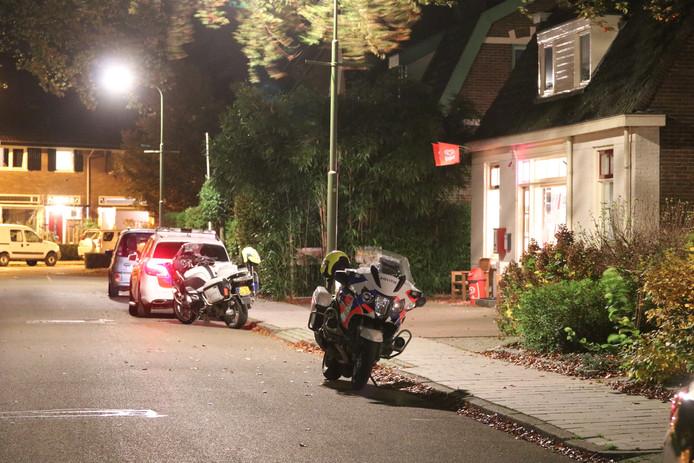 Politie bij cafetaria 't Centrum in Brummen na een gewapende beroving.