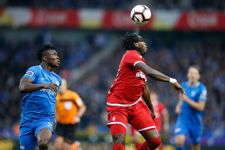 Antwerp-spits Dieumerci Mbokani controleert de bal in de Luminus Arena. Beeld BELGA
