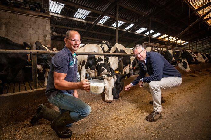 Boer Jan Scholten Linde  en Rik Hoogenberg (r) denken een revolutionair plan te hebben, waarbij onder meer boeren een eerlijker prijs voor hun melk krijgen.