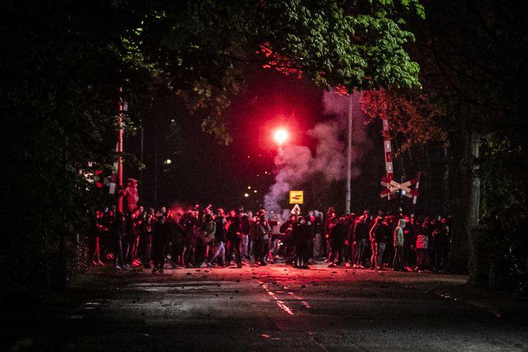 De ME grijpt in tijdens rellen na het mislopen van promotie door De Graafschap in Doetinchem.  Beeld ANP