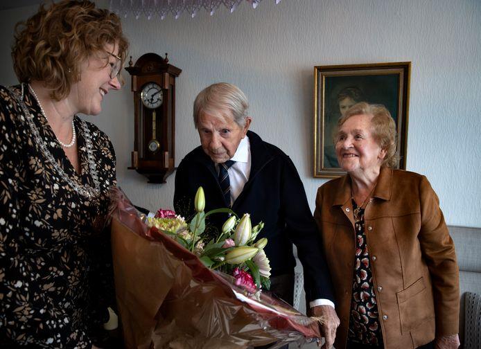 Harrie en Mia Kuunders kregen woensdag een bezoekje van burgemeester Buter.