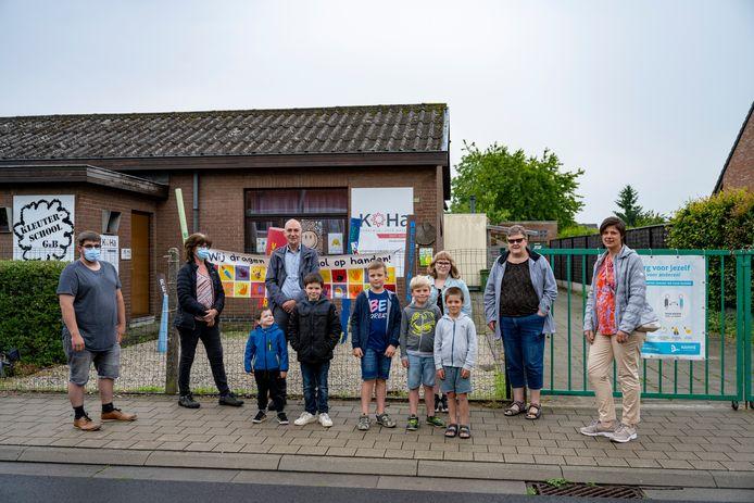 Enkele ouders van leerlingen van Groene Boomgaard. Zij hopen dat er toch nog een toekomst is voor het schooltje in het centrum van Hamme.