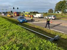 Auto botst na aanrijding tegen lantaarnpaal, N348 bij Eefde afgesloten