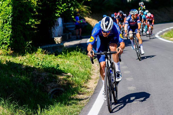 Cavagna valt aan en rijdt Vermeersch pardoes uit het wiel.
