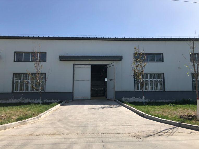 Fabriekshal op de Nilka-Wujin MKB Ondernemersbasis, waar toevallig een deur openstond. Het industrieterrein heeft in handelsregisters vier verschillende namen en is op geen enkele kaart aangeduid. Beeld Leen Vervaeke