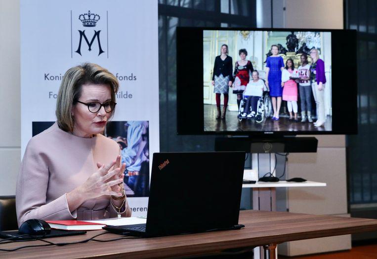 Het interview vond online plaats, met op de achtergrond foto's van verwezenlijkingen van het fonds van de koningin, telkens met jongeren in de hoofdrol. Beeld BELGA