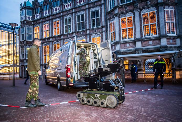 De de explosievenrobot van de EOD maakt de eerste meters op weg naar het verdachte object om de hoek ter hoogte van de afzetting bij  het Duivelshuis ter hoogte van het stadhuis in Arnhem.