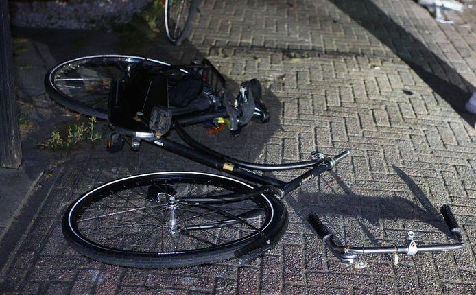 De fietser was na het ongeval bij kennis maar raakte wel gewond.