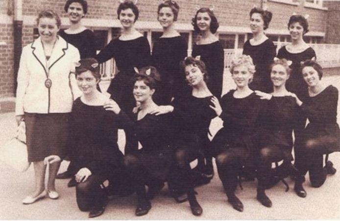 De Snoezepoezen poseren samen met Denise Dael voor hun eerste optreden in 1961.
